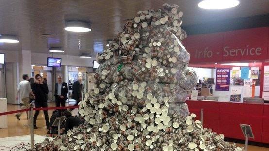 искусство против отходов - скульптура из 45000 бумажных стаканчиков в одном из берлинских университетов